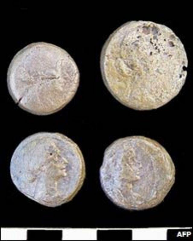 Monedas con la imagen de Cleopatra halladas en el templo de Taposiris