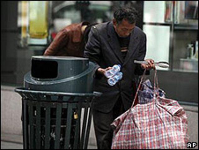 Un recolector de plásticos en Shangai, el 14 de abril.
