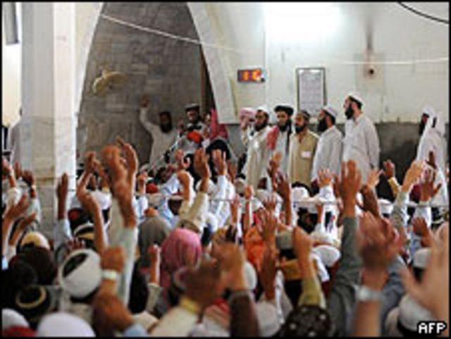 El clérigo radical, Maulana Abdul Aziz, (sujetando el micro) en la Mezquita Roja de Islamabad, 17 abril 2009