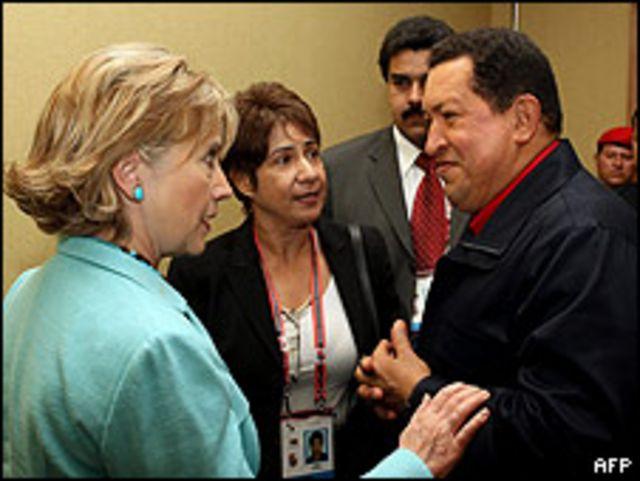 Hillary Clinton y Hugo Chávez conversan en el marco de la V Cumbre de las Américas