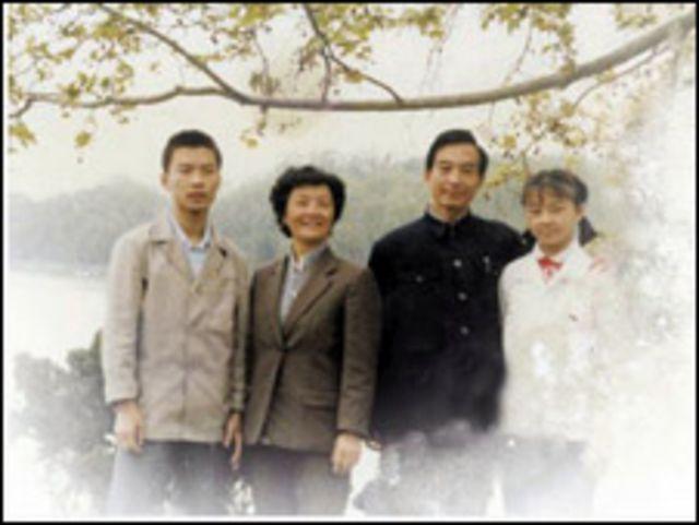 Ông Ôn Vân Tùng thời trẻ cùng cha mẹ và em gái