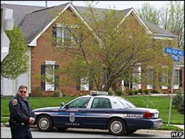 Policía custodiando la casa de Kellermann.