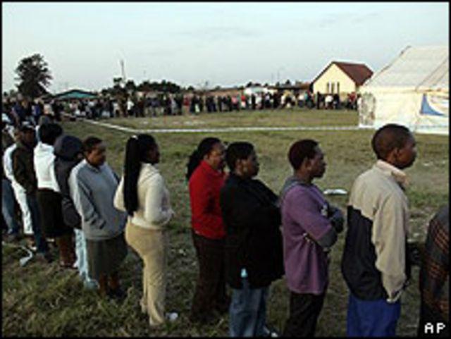 Sudafricanos haciendo cola para votar.