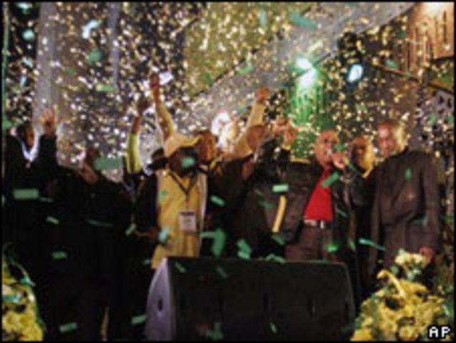 El futuro presidente de Sudáfrica celebra el triunfo