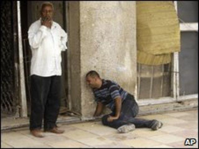 Un hombre llora la muerte de sus seres queridos en Bagdad