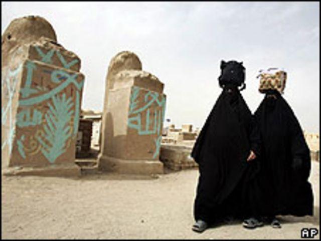 Dos mujeres iraquíes camino a las tumbas de sus familiares