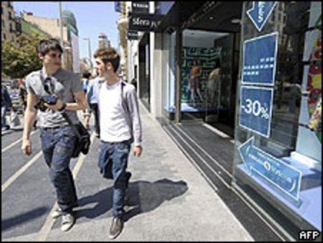 Jóvenes caminan por una acera en Madrid