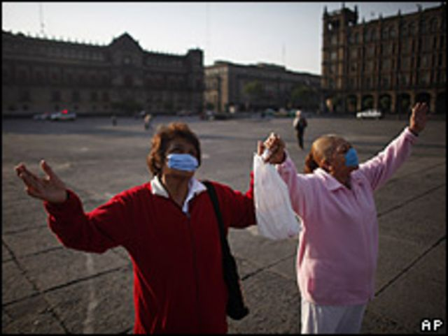 Dos mujeres en el Zócalo el 26 de abril.