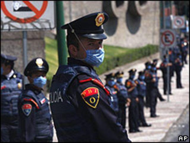 Policías controlan un estadio de fútbol el domingo.