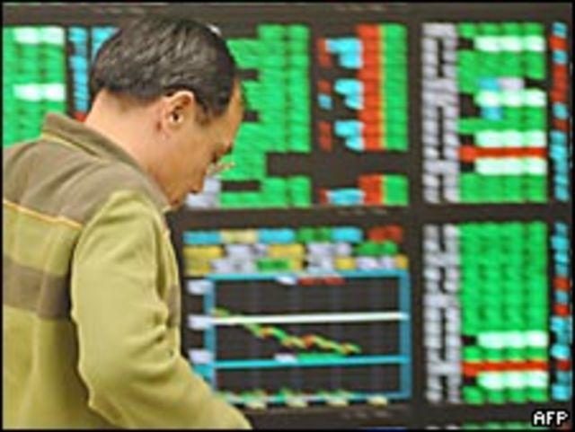 Un hombre en la bolsa de valores de Taipei