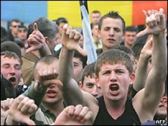 Демонстранты на площади перед парламентом в Кишиневе