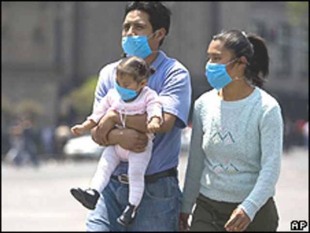 Familia en México con mascarillas