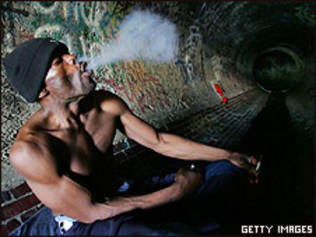 Foto de archivo de un consumidor de crack, en enero de 2006, en Los Ángeles.