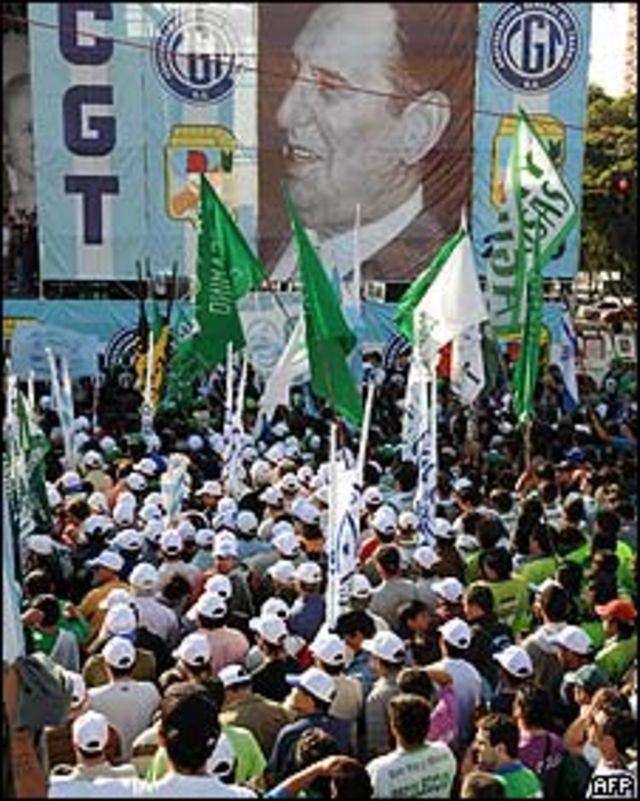 Miles de trabajadores durante una manifestación en Buenos Aires el 30 de abril 2008
