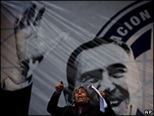 El lider sindical argentino Hugo Moyano habla durante manifestación en Buenos Aires