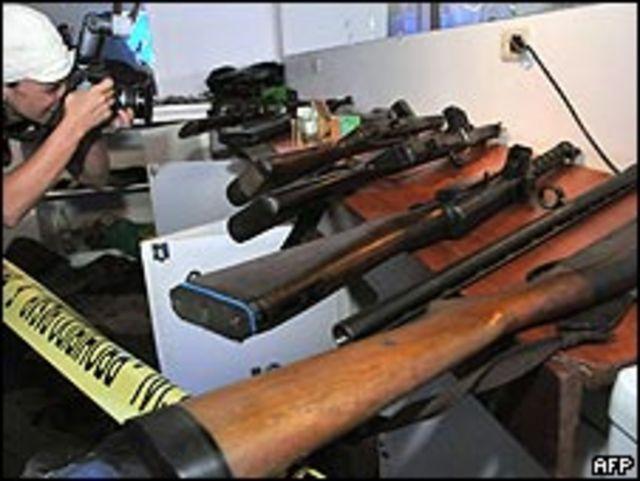 Arsenal capturado, según el Gobierno de Bolivia, a un grupo que pretendía atentar contra instituciones y políticos del país.