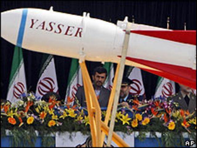 El presidente de Irán, Mahmoud Ahmadinejad, en un desfile militar