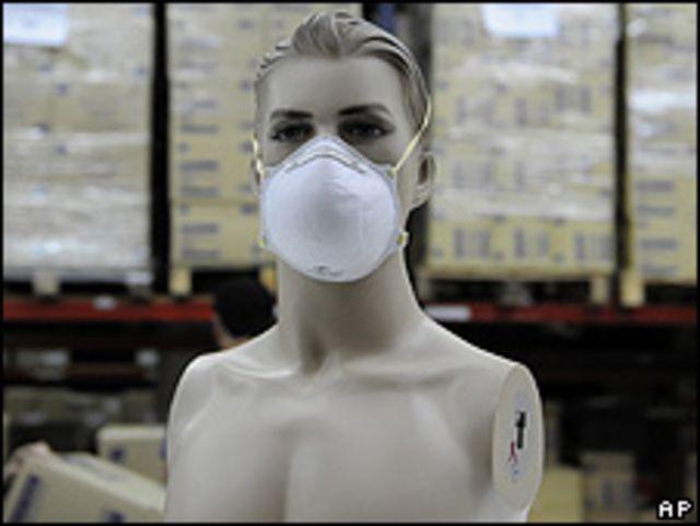 Maniquí con mascarilla en una fábrica de Barcelona, España.