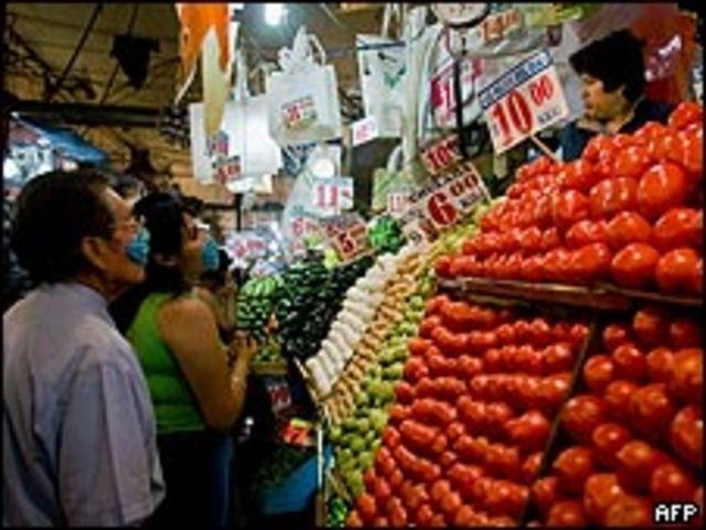 De compras en el mercado de La Merced, en la capital de México.