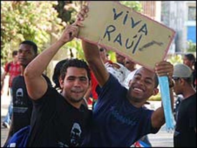 Jóvenes con pancarta de Raúl Castro. (Foto: Raquel Pérez)
