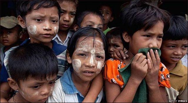 Niños birmanos, sobrevivientes del Nargis.