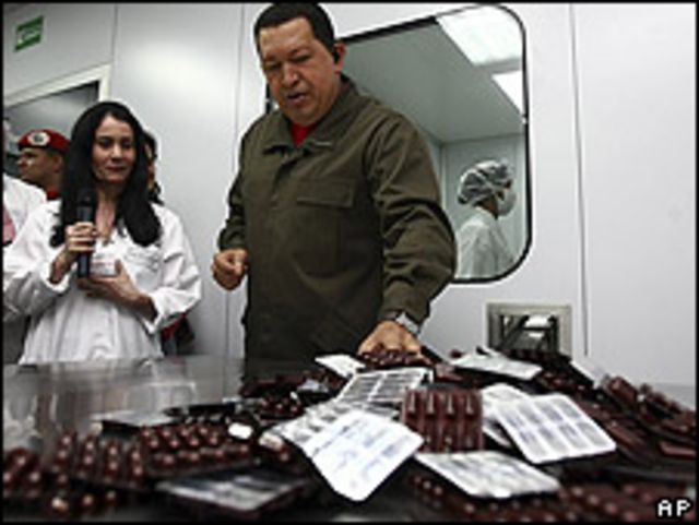 El presidente venezolano Hugo Chávez recorre un centro de producción de medicamentos en Caracas