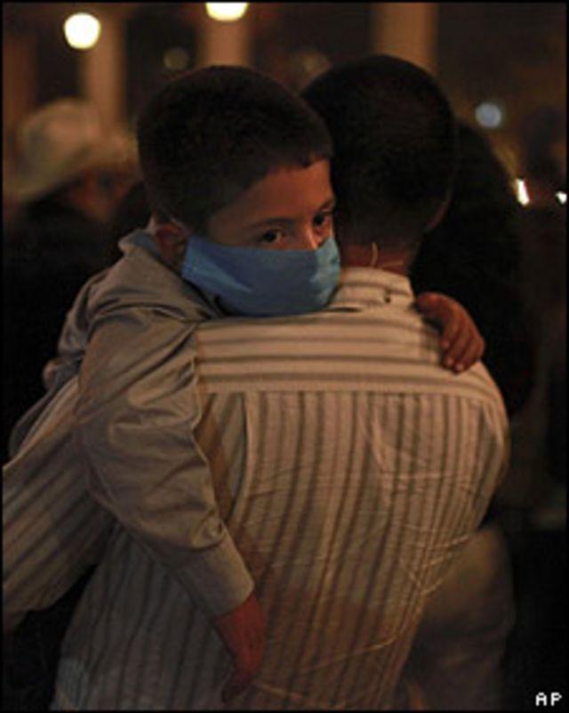 Niño mexicano con tapabocas en el funeral de un familiar en la Plaza Garibaldi, de la capital