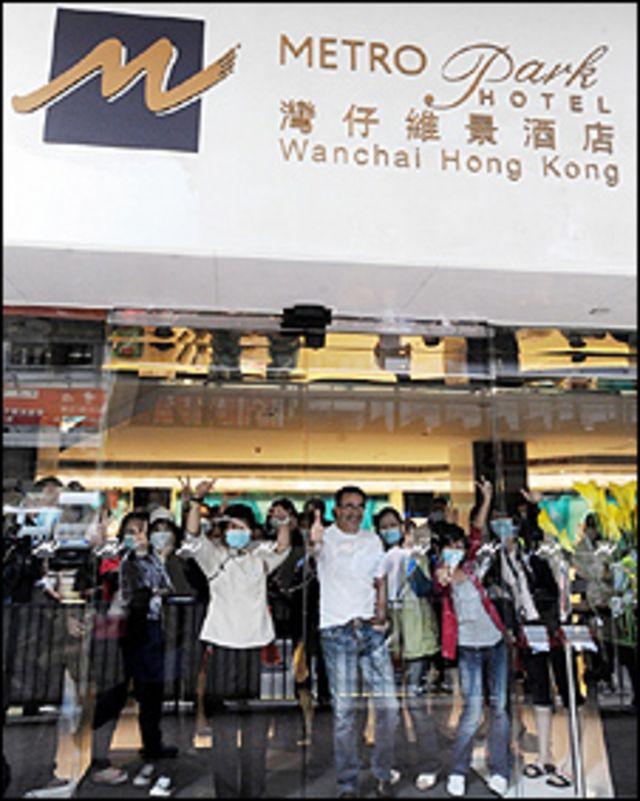 Huéspedes y empleados del Hotel Metro Park de Hong Kong en cuarentena