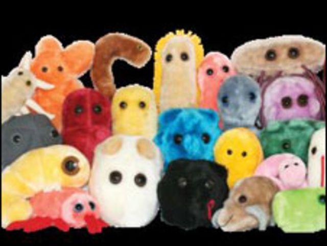 Mascotas de peluche que representan a microbios