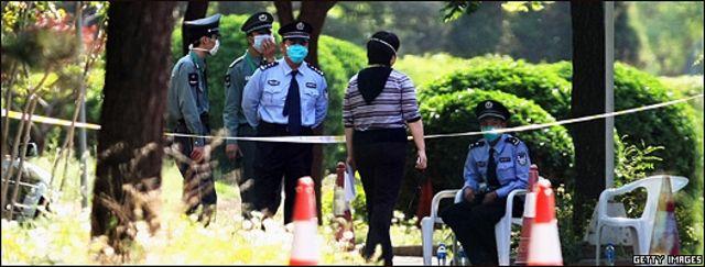 Policías vigilan la entrada del hotel Guo Men, en Pekín