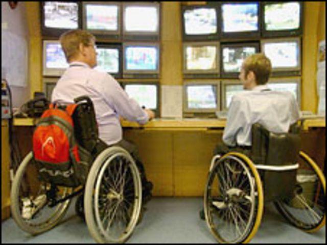 Двое мужчин на инвалидных колясках (архивное фото)