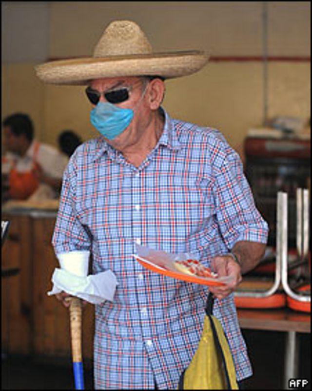 Hombre con mascarilla en México