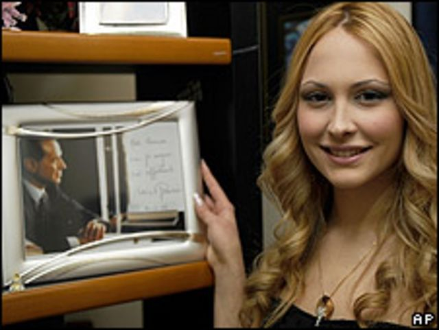 Noemí Letizia, la joven a cuyo cumpleaños asistió Silvio Berlusconi. El evento le causó un problema con su esposa, Verónica Lario.