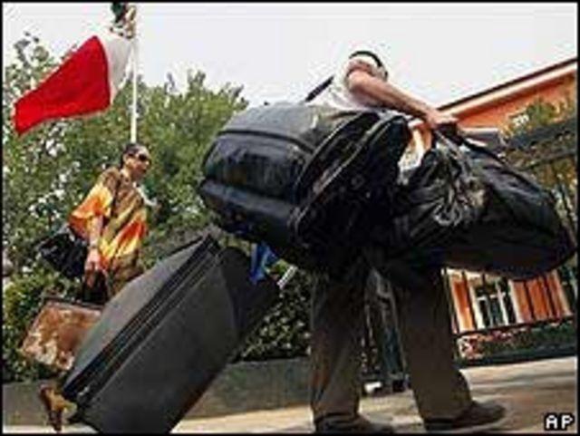Mexicanos en China llegan a la embajada mexicana para ser evacuados.