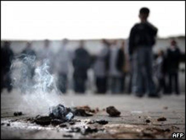 Fósforo blanco, quemándose tras el ataque a una escuela de la ONU en Gaza.