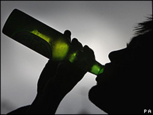 Joven bebiendo alcohol (imagen de archivo)