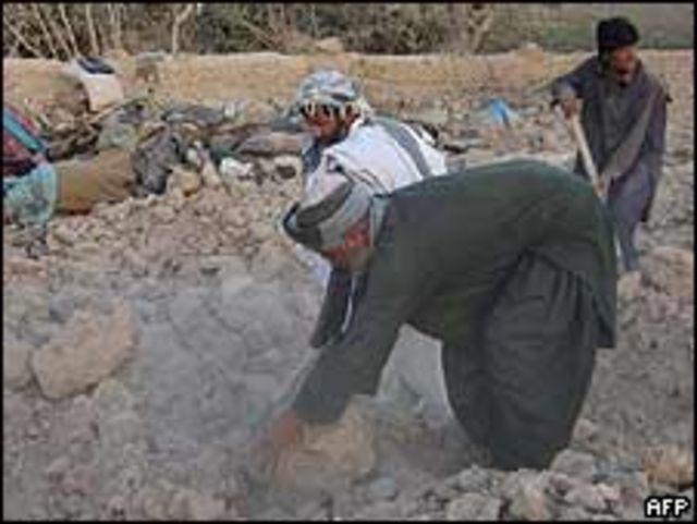 Afganos buscan víctimas tras un bombardeo