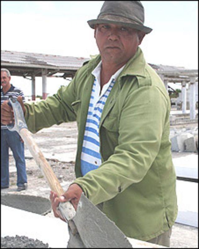 Fidel Hernández, ganadero damnificado, trabajando en la fábrica de paneles (Foto: Raquel Pérez)