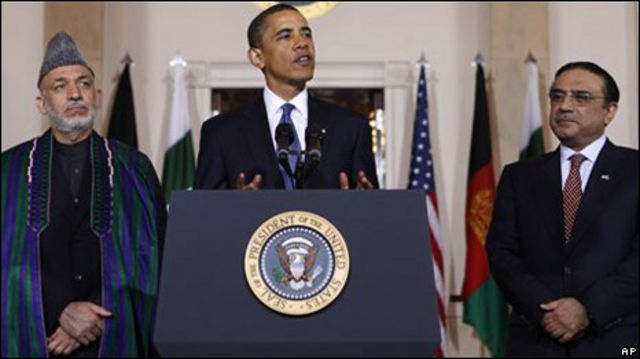 Barack Obama, rodeado de Hamid Karzai y Asif Ali Zardari