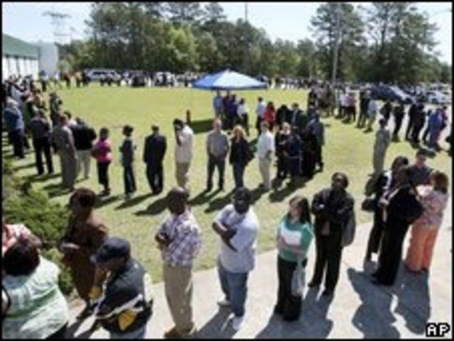 Desempleados en una feria laboral en Carolina del Sur