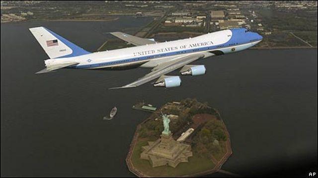 El Air Force One volando sobre la Estatua de la Libertad