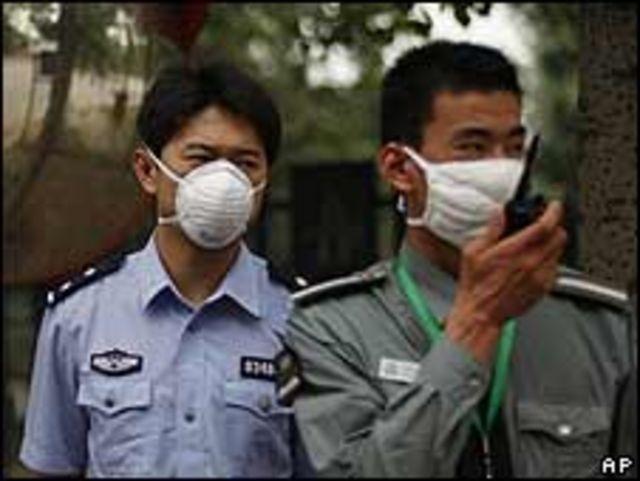 Guardias chinos vigilan un centro de cuarentena en Pekín