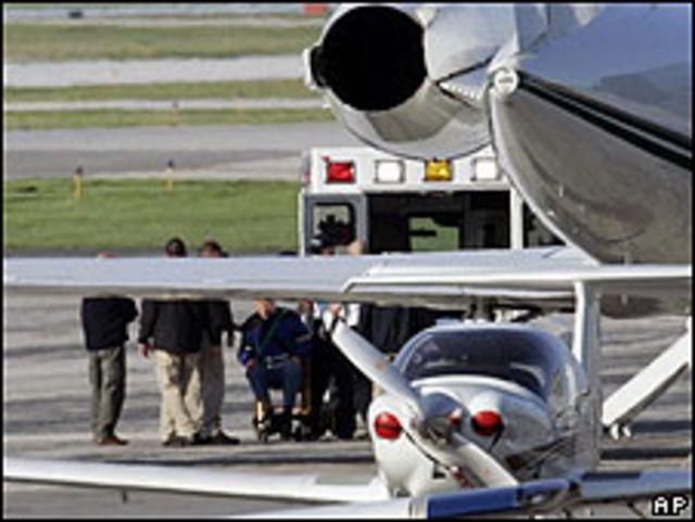 John Demjanjuk es ayudado a subir a avión en Cleveland