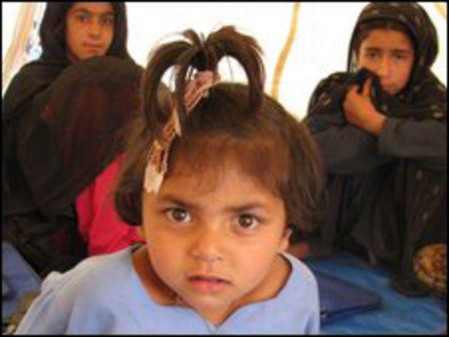 Una niña refugiada en el campamento de Swabi.