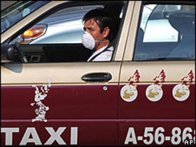 Taxista conduciendo con una mascarilla en Ciudad de México