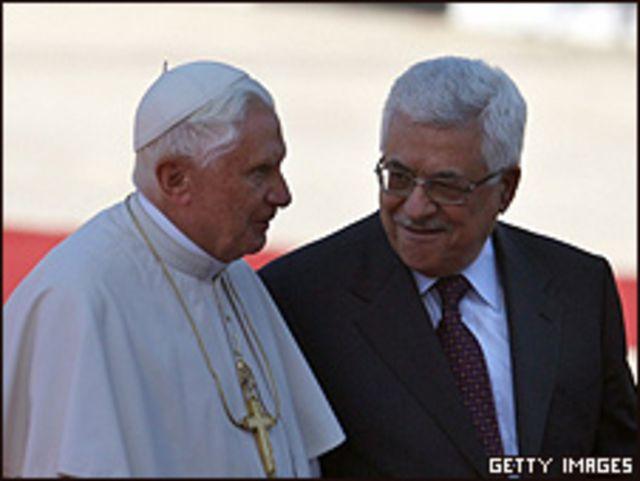 Benedicto XVI junto a Mahmoud Abbas, líder palestino