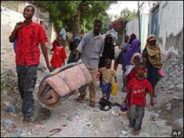 Refugiados somalíes salen de Mogadiscio. 12 de mayo de 2009.