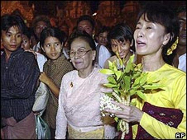 La líder opositora de Birmania y premio Nobel de la Paz, Aung San Suu Kyi, durante un acto político en Rangún, en 2002.