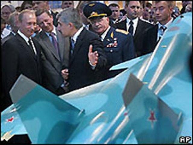 Ông Putin tại gian hàng Sukhoi trong một hội chợ vũ khí