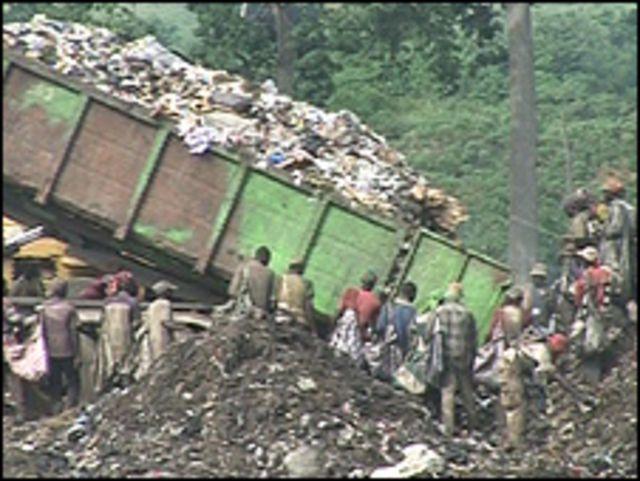 Personas hurgan dentro de la basura en Costa de Marfil